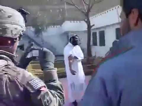 مدرب أمريكي للقوات الخاصة في باكستان طلب خروج شخص ليصارعه ويشرح عليه !!